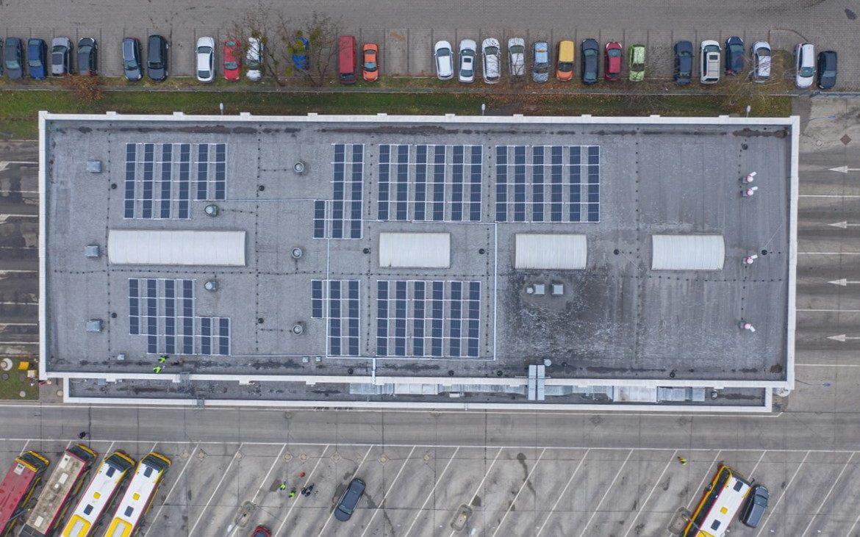 Panele słoneczne na budynku wrocławskiego MPK